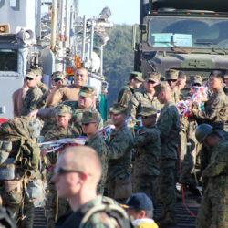 大島にて 島の人たちから見送りされる米兵