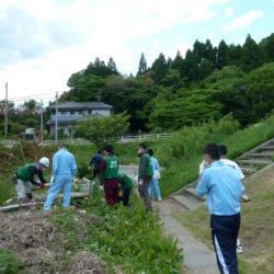 地元中学生との広場の清掃