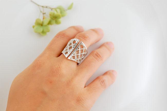 Corset - 指にはめたイメージ