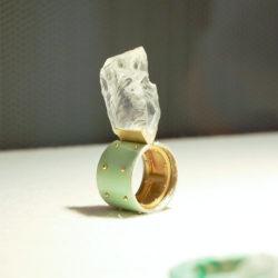 緑のエナメルと水晶(?)のリング。