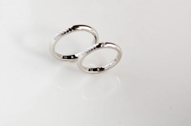 結婚指輪の内側に「寿」の文字を入れて