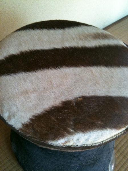 ゾウの足のイスに、ゼブラの毛皮。