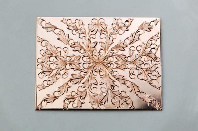 銅板一枚の和彫り(ピンクゴールドコーティング)