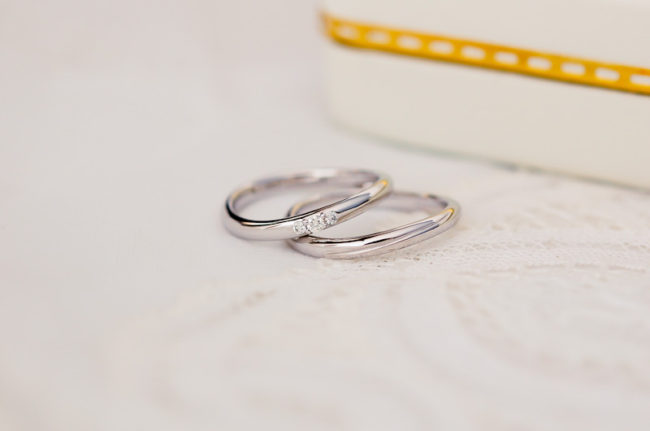 緩やかなS字ラインの結婚指輪