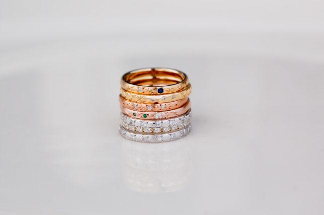 彫り石留めのシンプルな指輪たち