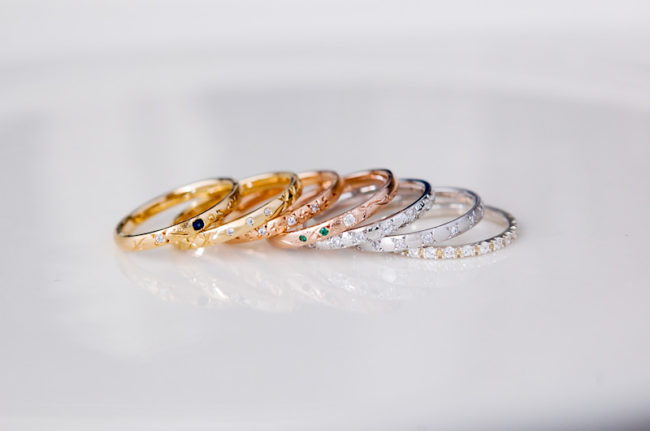 彫りと石留めのキラキラ指輪たち