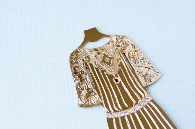 トップスの部分。袖には唐草模様がたっぷり。