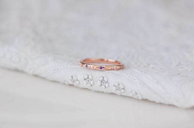 お花の彫りの入ったリング