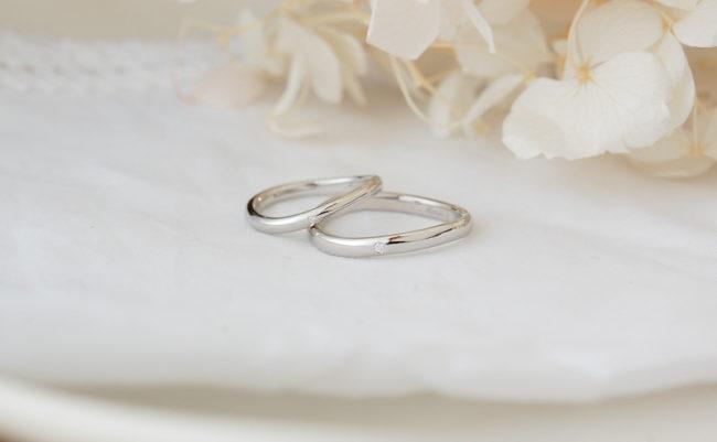 シンプルな緩やか波ラインの結婚指輪
