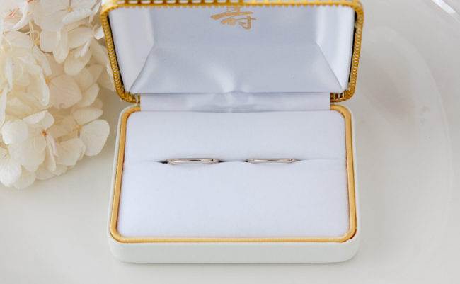 「海」の水面をイメージした結婚指輪をケースにいれて