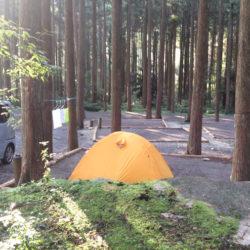林間でキャンプ