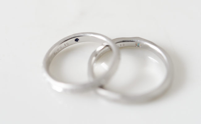 結婚指輪の裏にはサファイアとオパール