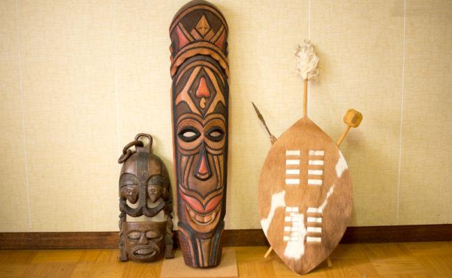 アフリカのお面とズールー族の盾