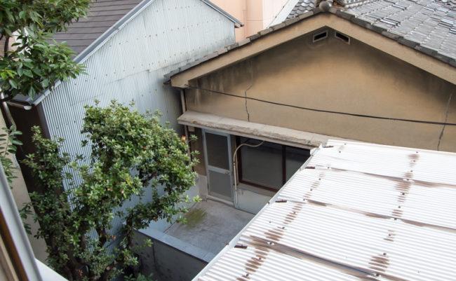 中庭と瓦屋根
