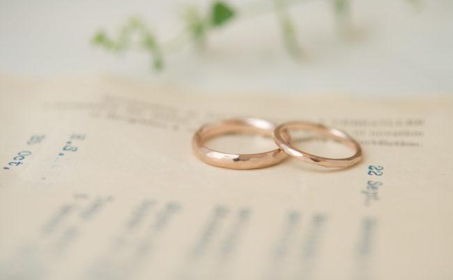 ナチュラルなラフ感の結婚指輪 K18PG