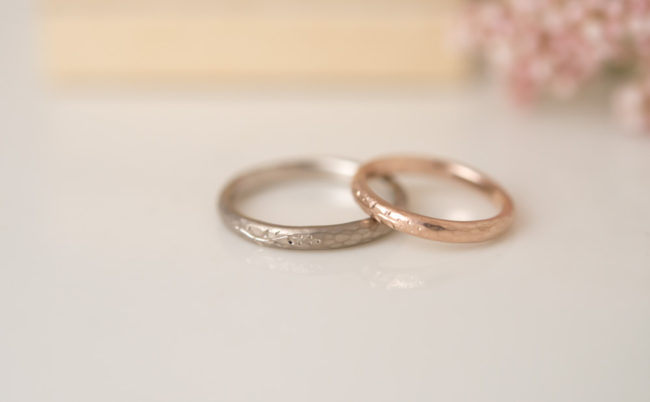 草花の彫りの結婚指輪