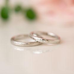 槌目模様の入ったプラチナの結婚指輪