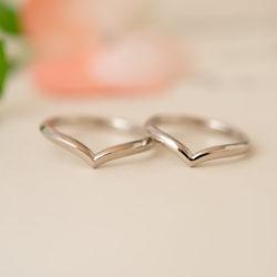 シャープ&柔らかなV字ラインの結婚指輪