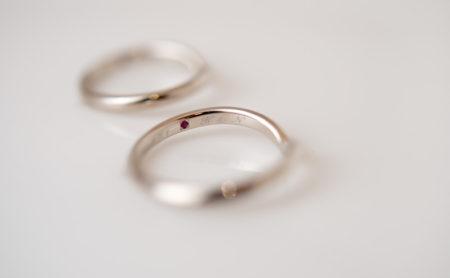 V字ラインの結婚指輪 内側に石留め