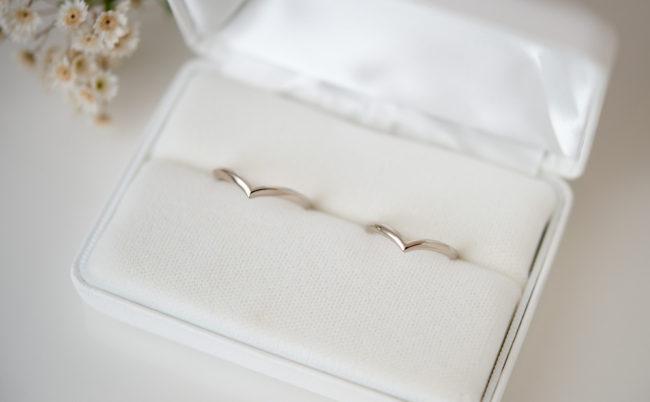 V字ラインの結婚指輪