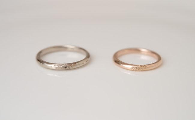 木肌模様と稜線の刻印の結婚指輪