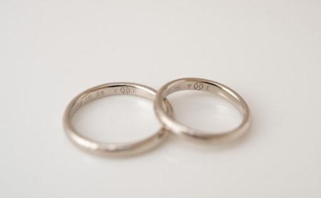 野球ボールを裏彫りした結婚指輪