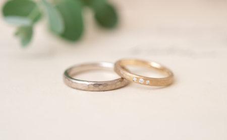 槌目模様と手彫り模様の結婚指輪