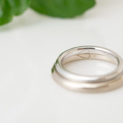 ハートの裏彫りが入ったシンプルな結婚指輪
