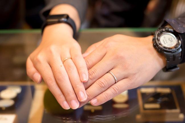 槌目模様の波ライン結婚指輪