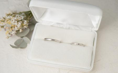 草花の彫りが入った結婚指輪