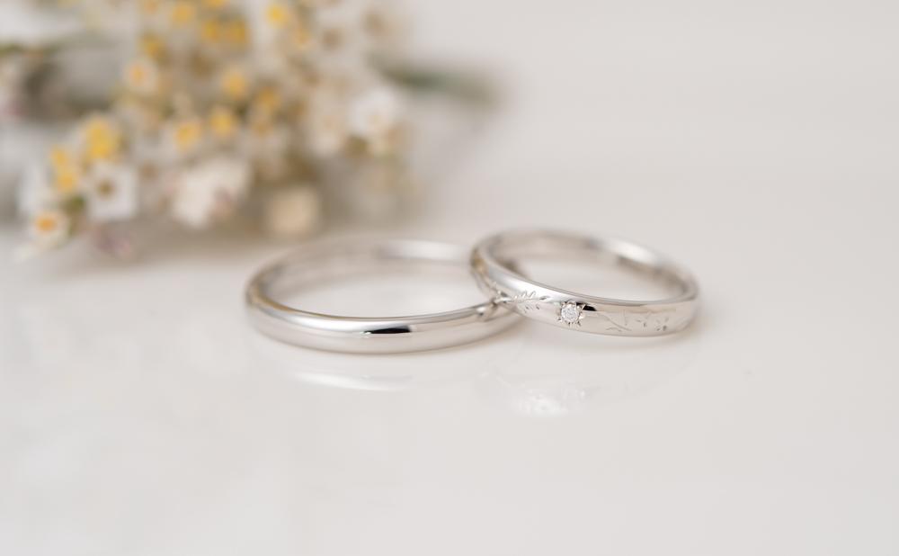 草花の彫りが入った結婚指輪 刻印を自分たちで