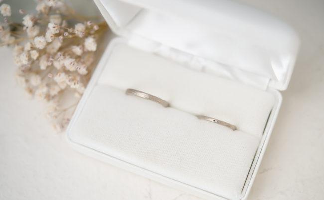 槌目模様とつや消しのシックなK18ホワイトゴールド結婚指輪