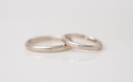 槌目模様×レールのK18WG結婚指輪