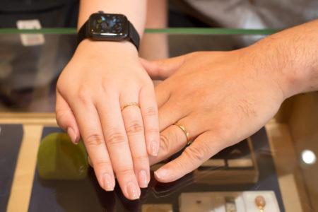 ブラウダイヤモンドと槌目模様の結婚指輪 - 刻印を自分たちで