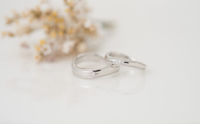 波ラインとミルグレインのプラチナ結婚指輪