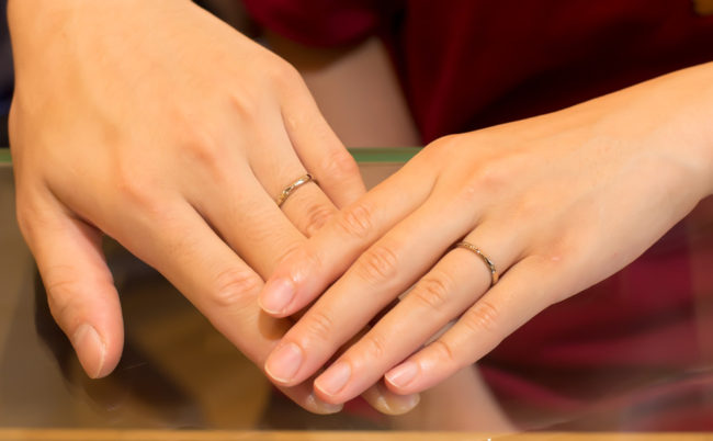 捻りとイニシャル彫りのK18WG結婚指輪