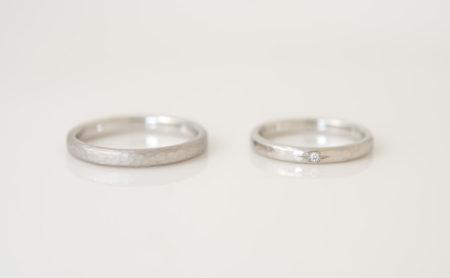 山のイラストが入った槌目模様のプラチナ結婚指輪