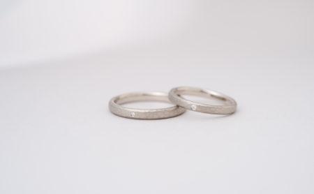 槌目模様とダイヤモンドのK18WG結婚指輪