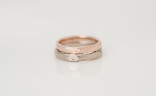 手彫りニコニコマークのK18WG・K18PG ラフ結婚指輪