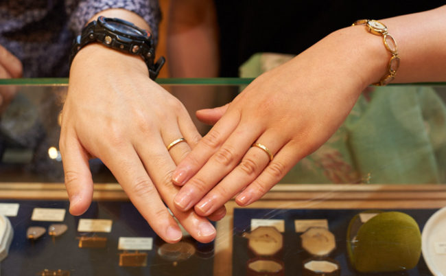 花の彫り模様が入ったK18YG結婚指輪