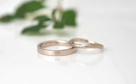波ラインと平打ちのK18WG結婚指輪