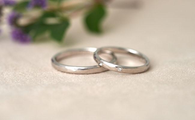 フラットな槌目模様のプラチナ結婚指輪